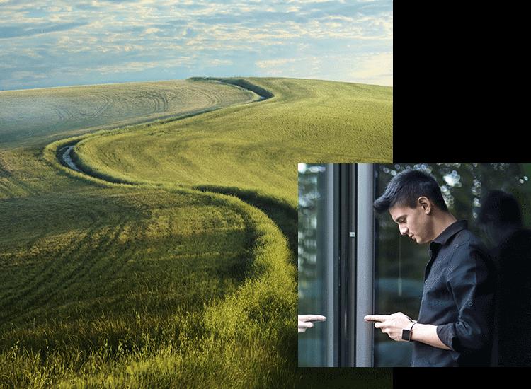Ein Feld und ein Mensch am Smartphone