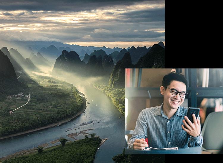Ein Fluss und Mann am Smartphone