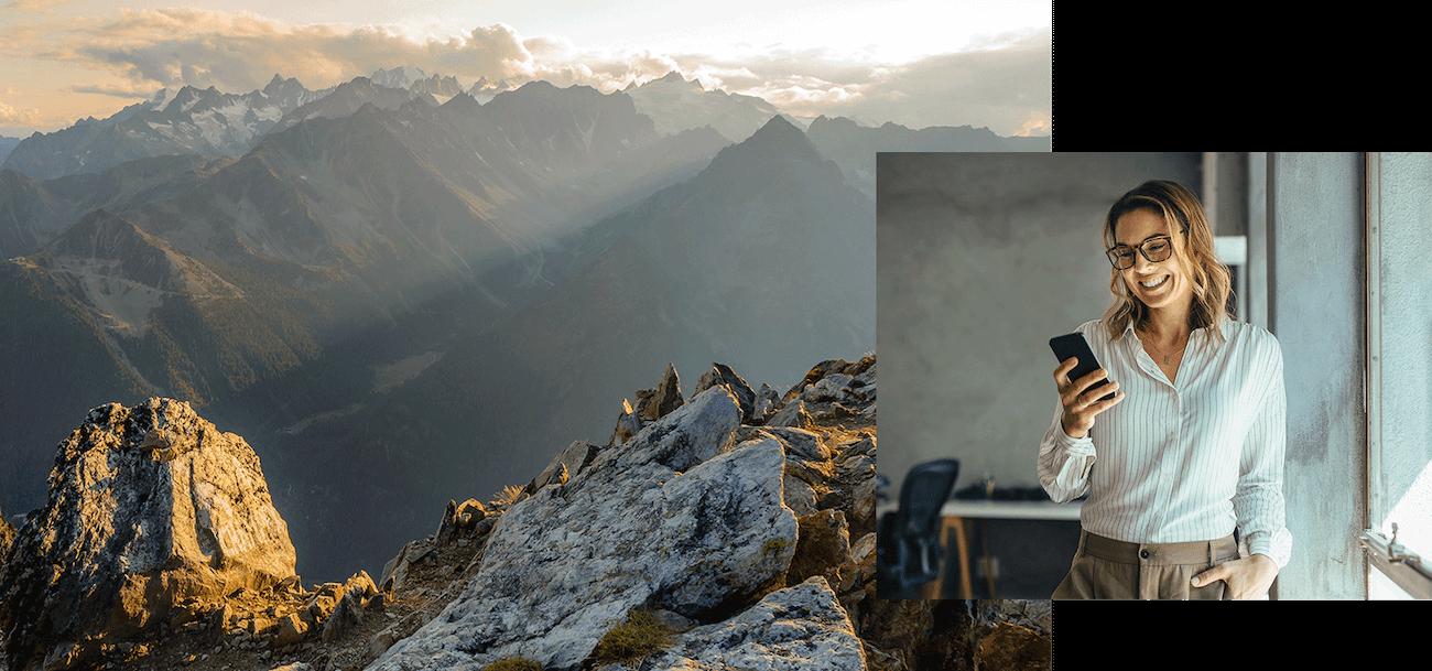 Eine Frau am Smartphone und Berge